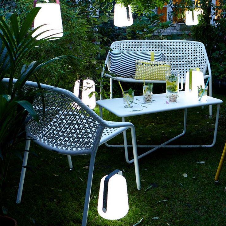 Sixties Bank & Tisch plus Balad Tischleuchte von Fermob. So sieht der Garten heute aus! Gemütlich aber schwungvoll im Design: http://www.ikarus.de/marken/fermob.html