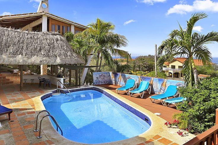 Description: Op en top authentiek en sfeervol boutique hotel midden in de ongerepte natuur van tropisch Curacao. Sfeervolle B&B op een fantastische plek Blenchi B&B heeft ontegenzeggelijk iets speciaals. Is het de locatie schijnbaar aan het eind vande wereld? Is het het zwembad dat er o zo verlokkelijk bij ligt of de enorme palapa waaronder je aangenaam in het verkoelende windje een drankje kan doen een boek kunt lezen of deelnemen aan een op en top Caribische barbecue? Waarschijnlijk alles…
