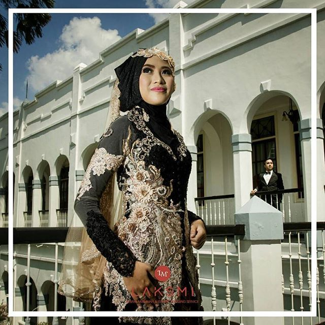 "@kebayalaksmi memiliki puluhan koleksi busana pengantin yang dapat kamu pilih untuk dikenakan di hari bahagiamu ""tapi kalau mau membuat busana baru, bagaimana?"" BISA BANGET DEAR :) . Laksmi sudah bergelut dalam vendor busana pengantin sudah lebih dari 8 tahun lamanya Mengusung tema busana pengantin Islami, LAKSMI terus berkontribusi memberikan desain dan model sesuai trend tanpa melupakan kaidah Islam . Bagi muslimah yang akan menikah, jangan khawatir  Yuuk, hubungi kami dan konsultasikan…"