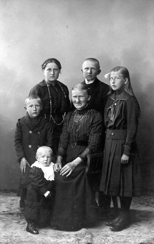 Albertine Krüger mit ihren Kindern in Schivelbein, Pommern, ca. 1916.