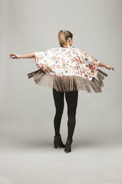 MISAKI I Beautiful short and satin kimono. White and floral with brown fringes. 45€