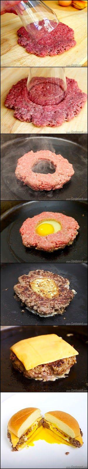 Nos ha gustado mucho esta idea para hacer una hamburguesa con huevo. Como ves se trata de hacer un agujero en la hamburguesa antes de cocinarla y echarle un huevo a la hora de pasarla por la sartén. De esta manera el huevo no esponja tanto el pan y queda todo más compacto.