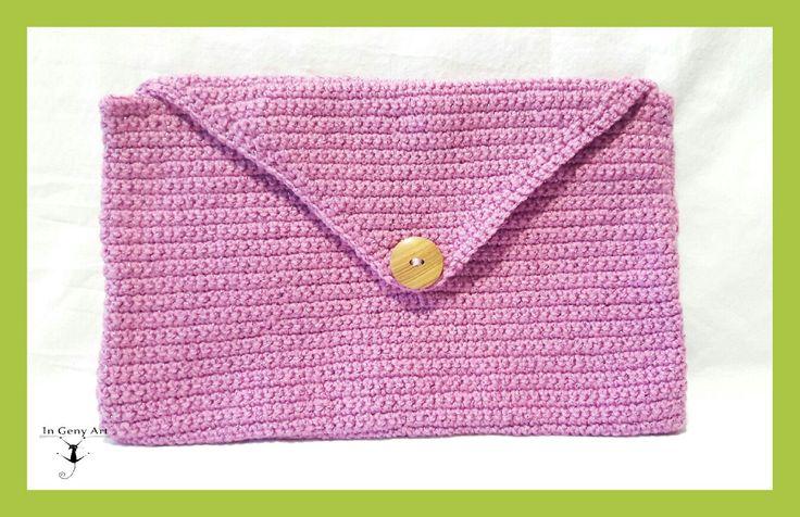 Nuevo!!!😍 Parece que ya se asoma la primavera!!🌞💐 Disfrútala guardando tus cosas en éste precioso bolso de lana en color rosa y con forro interior. #ingenyart #arteaman #hechoamano #primavera #original  Más en www.arteaman.es