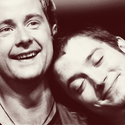 Billy Boyd and Elijah Wood. I had such a crush on Elijah Wood when the first LOTR movie came out. These two look adorable here.