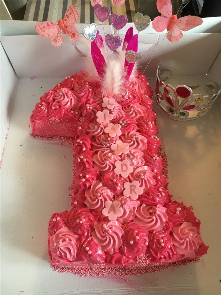 1-års kake til ei prinsesse. Sjokolade med bringebær og oreofyll, dekket med ostekrem.