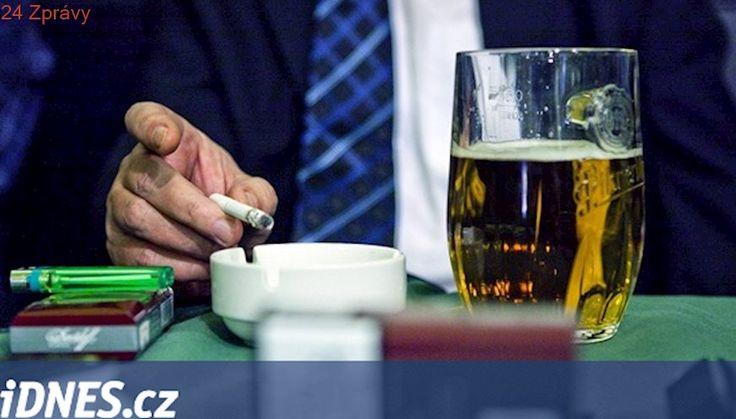 Lidé pijí i bez cigaret. Zákaz kouření je neodradil, zjistil průzkum