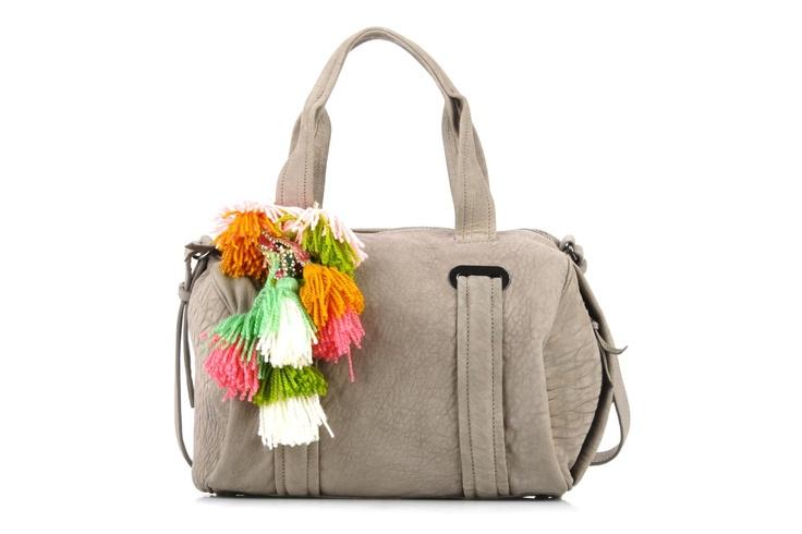 Un simple adorno hace de un bolso monocromo algo muy vistoso!