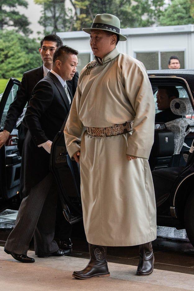 世界のドレスアップ術24選 即位礼正殿の儀 で各国要人は何を着た モンゴル 緑 ドレス ブルネイ