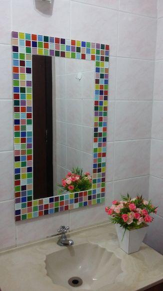Espelho decorativo vertical com moldura em mosaico de pastilhas de vidro multicoloridas.  Um espelho que alegra o ambiente.    Dimensão da lâmina do espelho 30cm x 60 cm.  Dimensão do espelho com moldura: 45 cm x 75 cm. R$ 220,00