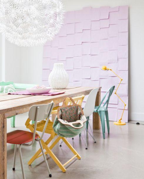 Mesa comedor de madera con sillas de colores