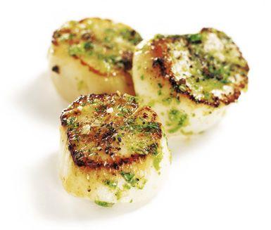 Festliga musslor som passar både till förrätt och buffé. Halstrade pilgrimsmusslor smaksatta med citron och vitlök är lätt att tillaga och serveras med härlig Gremolata.