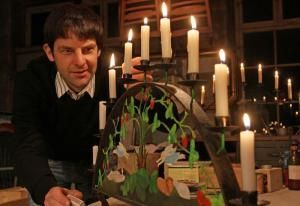 Lars-Christian Trommer zeigt seinen Schwibbogen.