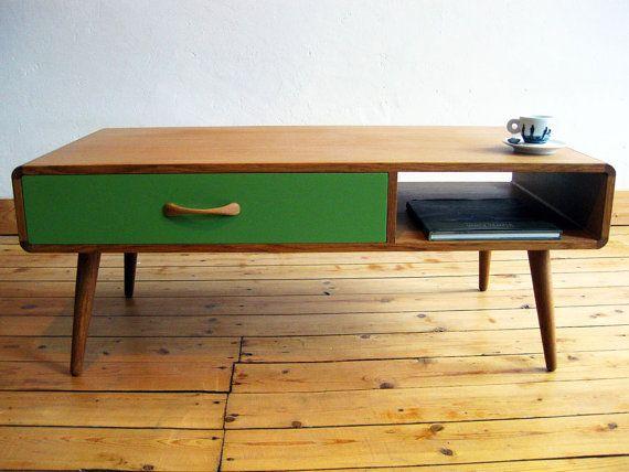 Salontafel, of koffietafel, in de stijl jaren vijftig. Nieuw en geheel ambachtelijk en handgemaakt. Gedraaide poten, grote lade met
