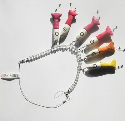 in tessuto dipinto a mano, filo da pesca, piombini e perline in carta e colla. Chiusura in argento anallergico.
