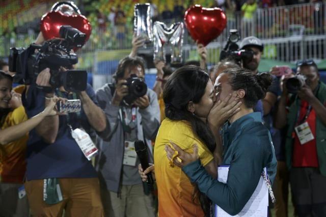 Brasileira do rúgbi é pedida em casamento durante premiação