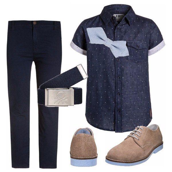 Outfit per il tuo ragazzo adatto a cerimonie e a occasioni speciali composto da pantalone in blu scuro abbinato ad una camicia a maniche corte in fantasia a pois, simpatico papillon in celeste chiaro, e scarpe con lacci neutre.