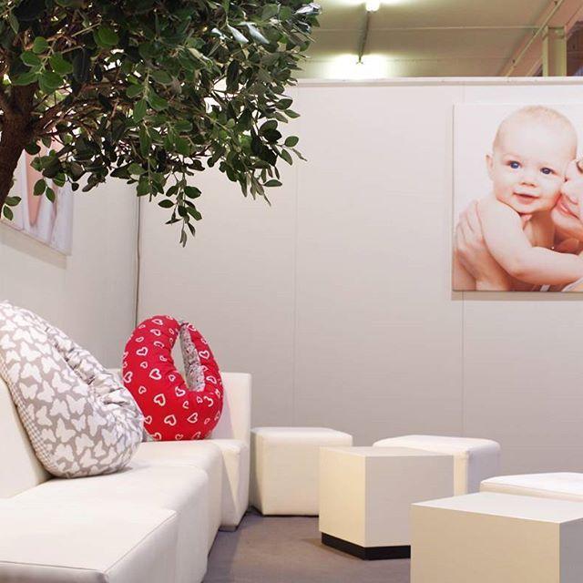 Rückblick infalino Messe in Hannover: Auch am vergangenen Wochenende haben wir die Stillounge der Infalino  Messe mit unseren Stillkissen stillenden Frauen zur Verfügung gestellt!  #mutterliebe #lebenmitkindern #baby #liebe #babymesse #infa #infalino2016 #kidsstuff #babyerstausstattung #stillen #nursingpillow #hobea #hobeagermany #Stillkissen #infalino #infalinomesse #stilllounge #stillenistliebe #motherhood #mutterschaft #hobeaunterwegs #messe #babyroom #breastfeed #Hannover #hannovermesse…
