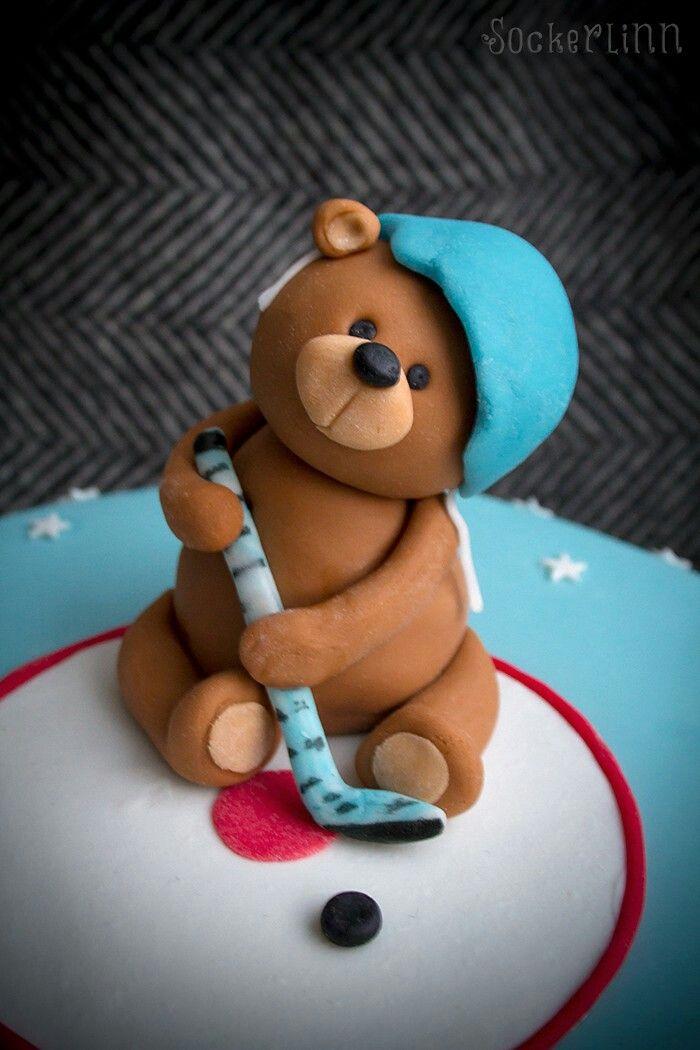 Doptårta christening cake baptism tårta kille boy blå blue hockey ishockey hockeycake teddy bear nalle dop caketopper tårtdekoration ⭐sockerlinn.se⭐