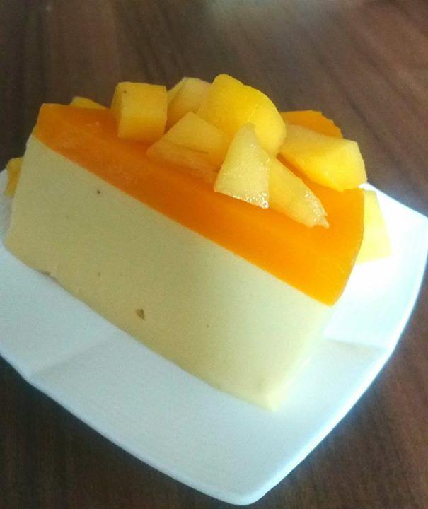 Sernik z mango Mam dzisiaj dla was sernik z mango na zimno z mleka kokosowego lub jogurtu. Sernik z mango bez pieczenia, do zrobienia dosłownie w kilka chwil, jest jednym ze smaczniejszych moich odkryć ostatniego czasu.