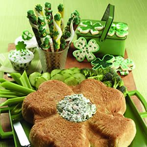 Shamrock Bread with Spinach DipBreads Bowls, Green Veggies, Spinach Dips, Saint Patricks Day, St Patricks Day, Parties Ideas, St Patti, Beer Breads, Parties Food