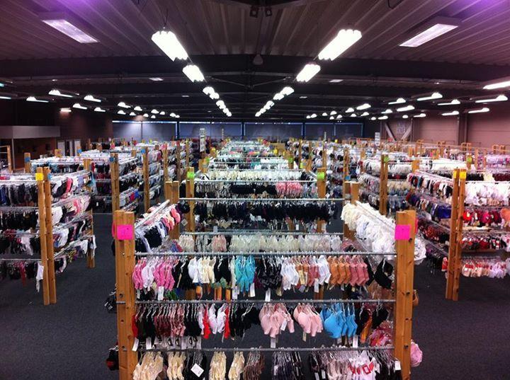 LINGERIEOUTLET HASSELT !!!  Het is zover ... lingerieoutlet opent eindelijk zijn deuren te HASSELT en we nodigen u héél graag uit op ons aankomend shopping-event! Wat mag u van ons verwachten ? Zeer veel ... want bij ons beleeft u 4 dagen lang dé lingerie shopping experience van Vlaanderen !  · meer dan 50.000 stuks lingerie , badgoed, ondergoed en nachtkledij · uitsluitend topmerken aan outletprijzen · aanbod van A tot H-cup ook in ruime omtreksmaten · paskamers uiteraard aanwezig · Fitting…