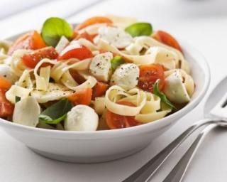 Tagliatelles légères aux tomates cerises, billes de mozzarella et basilic : http://www.fourchette-et-bikini.fr/recettes/recettes-minceur/cake-tomate-mozzarella-et-olives.html