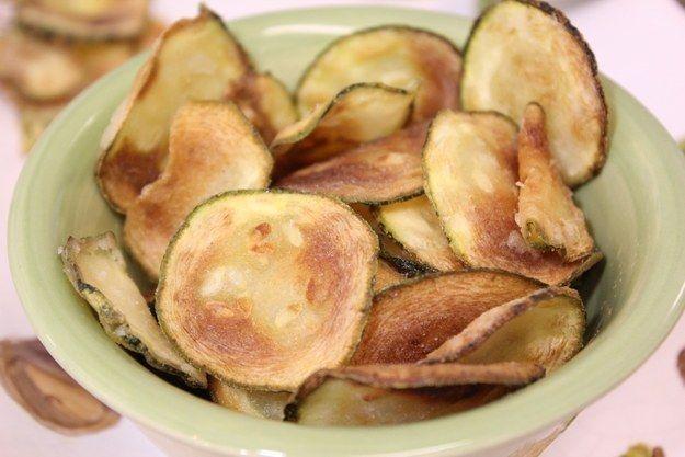Você pode curtir um crocantinho gostoso com chips de abobrinha feitos em minutos.
