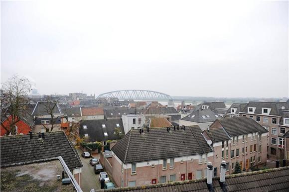 Uitzicht over de benedenstad en de spoorbrug vanaf het appartement aan de Ganzenheuvel 46