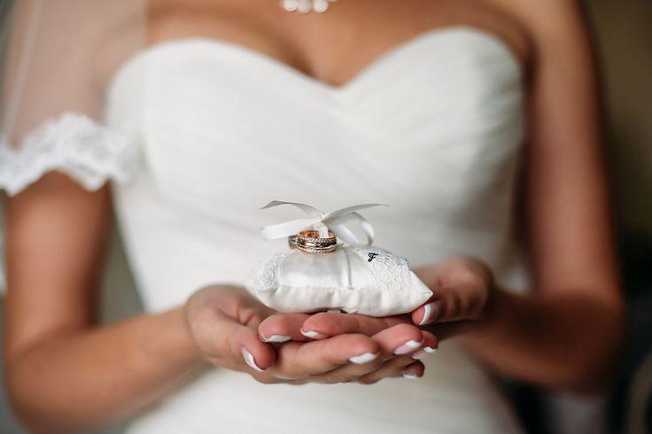 Подушечка для колец размером 6х8 см из сатина молочного цвета, декорирована кружевом и атласной лентой в тон. Завершает композицию маленький цветочек из атласа с бусинкой. #flos #цветы #аксессуары #украшения #свадьба #свадебные_украшения #свадебные_аксессуары #подушечка_для_колец #с_кружевом #с_цветами #с_цветком #из_ткани #ручной_работы #handmade