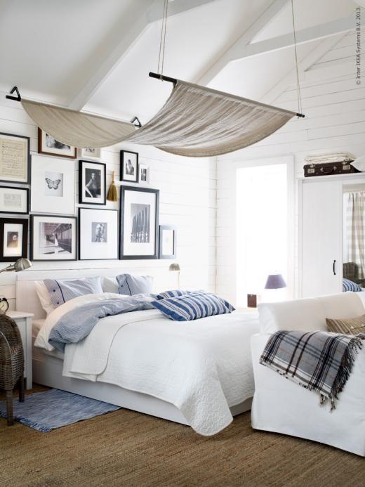 Ett lungt sovrum med mjuka textilier och sänghimmel gjord av AINA metervara.