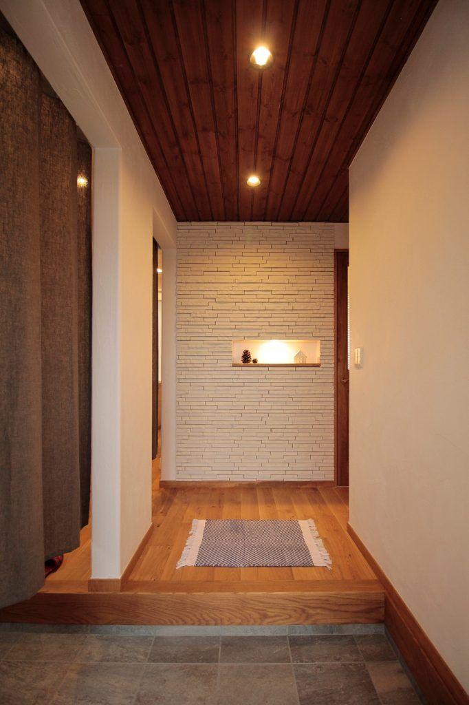 #アイジースタイルハウス #玄関 板張り天井の玄関に小さなニッチがはえる
