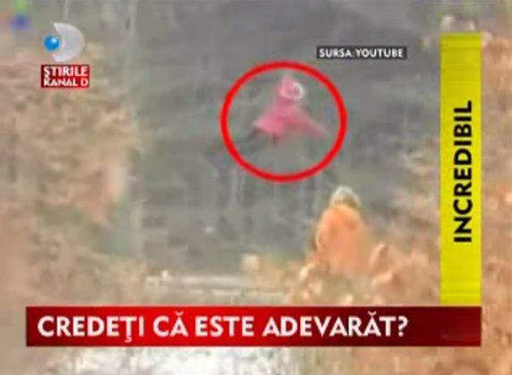Een man loopt met zijn hond in het bos en plotseling wordt de hond bang en rent weg in een richting. De man volgt de hond en legt iets vast op video, iets schokkends! Een meisje is zwevend boven ee...
