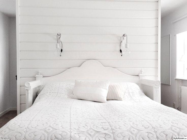 walk-in-closet,walk in closet,garderobslösning,säng,sovrum,överkast,panel,träpanel,vägg,timmer