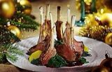 Lamsrack met honing tijmsaus en port Ingrediënt: lamsrack Aantal personen: 6 Voorbereidingstijd: 0 Bereidingstijd: 50 Ingrediënten: Boodschappen lijstje voor 6 personen 1x lams rack (met 6 beentjes) voor de saus: 1 potje vleesfond 380cc 100 cc. rodewijn 4 takjes tijm 3 eetlepels honing 3 eetlepels port 25 gr. koude boter - peper - zout Bereiding: Bak het lamsrack krokant op het vet en gaar 'm ongeveer 15 minuten verder in de oven. Snijd per beentje door (6 stuks). Saus; Breng de rode wijn…