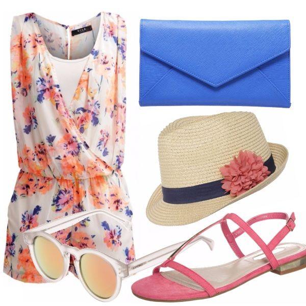 Stampa fiorata e colori vivaci per la tuta jumpsuit perfetta per l'estate. Sandali bassi in color sorbetto e clutch bluette per riprendere le nuance del capo principale. Panama di paglia e occhiali specchiati per conferire al look uno stile rilassato.