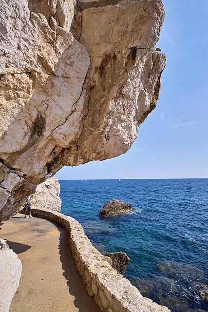 Calzada de la playa de Cap d'Ail , Costa Azul, Francia