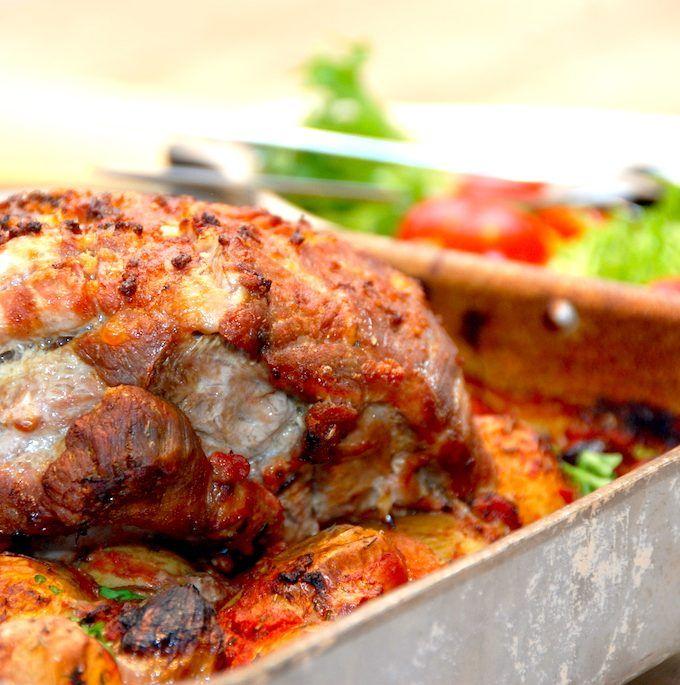 En virkelig mør og dejlig nakkesteg i ovn med hvidløg og kartofler i fad. I fadet kommes også skalotteløg og gulerødder, samt hakkede tomater og kalvefond. Det hele steges i cirka halvanden time. Foto: Madensverden.dk.