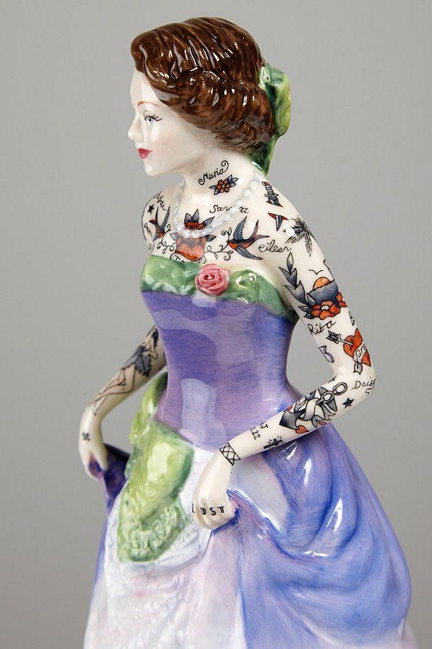 tatoeage-porseleinen-beeldjes-4. Kunstenaar Jessica Harrison maakte deze reeks delicate porseleinen beeldjes met geïdealiseerde vrouwen in baljurken, alleen dan met een knipoog. Omdat elk beeldje compleet bedekt is met sierlijke tatoeages. De hierboven getoonde beelden zijn te zien bij Galerie LJ als onderdeel van haar eerste solo show in Parijs met de titel FLASH.