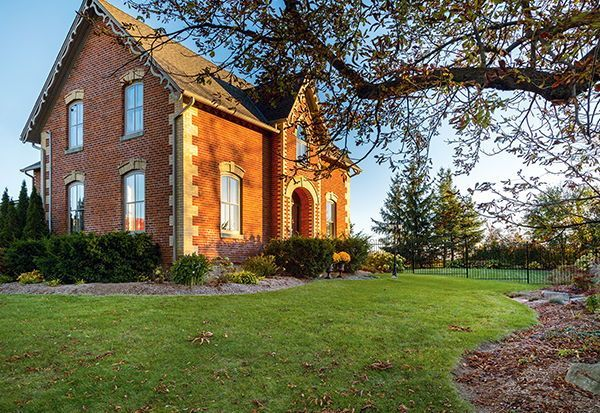 Fall Curb Appeal Ideas 10 Inviting Exteriors That Celebrate The Season In 2020 Victorian Farmhouse Curb Appeal Large Hot Tub