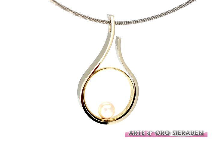 """Gedenk sieraad: Witgouden""""Druppel""""hanger met geel gouden trouwring en 1 parel, in opdracht gemaakt uit eigen atelier."""