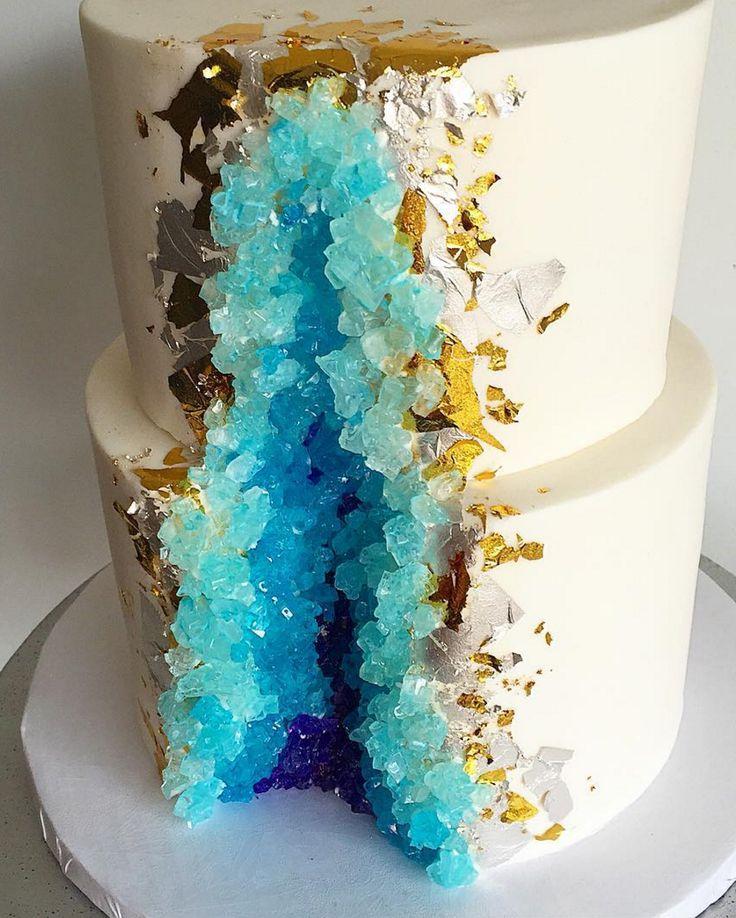 diamantes o cuarzos comestibles en un pastel que se ve delicioso