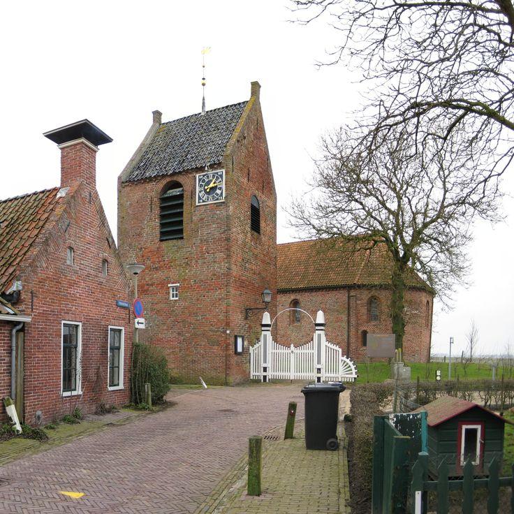 Ezinge, Groningen, Netherlands. Hervormde kerk (13e-eeuws) met zicht op de vrijstaande toren.