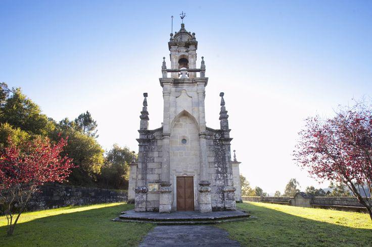 Igrexa de San Salvador de Manín A igrexa de San Salvador de Manín, coñecida popularmente como igrexa de Aceredo, conta cunha rica historia chea de vicisitudes e anécdotas.  Trasladada de lugar, pedra a pedra, en dúas ocasións (1.769 e 1.992), o templo construíuse orixinalmente en Manín. Posteriormente, foi trasladado no s.XVIII os terreos hoxe anegados polo encoro de Lindoso.  O seu valor arquitectónico salvou unha vez máis a igrexa, que foi novamente traslada para evitar a súa inundación…
