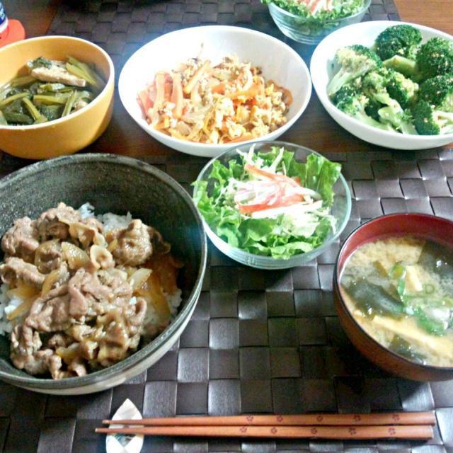 副菜は多めに作って、お弁当に入れたり2、3日は食べたりしてます(^_^)ノ 初めて作った人参シリシリは、みきママさんの本のレシピで♬優しい味で美味しかった♡ - 10件のもぐもぐ - 豚丼、サラダ、お味噌汁、小松菜の煮物、人参シリシリ、ブロッコリーのお浸し by Kanako
