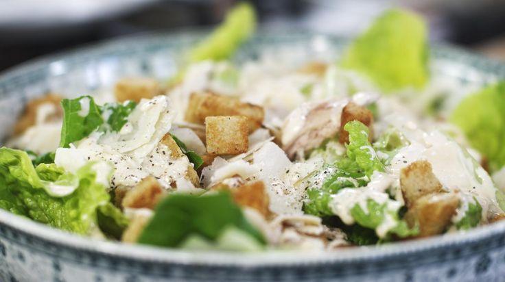 De originele Caesar salad bevatte geen kip, maar het is de gewoonte geworden om die toch toe te voegen aan het gerecht. Dit smakelijke slaatje heeft niks te maken met een beruchte Romeinse keizer of een legendarisch hotel in Las Vegas. Het werd bedacht door de Italiaan Cesare Cardini die in het begin van de vorige eeuw naar de Verenigde Staten emigreerde. Dikke merci, Cesare!