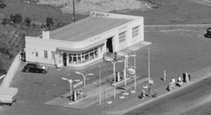 Flott sen-funksjonalistisk bensinstasjon med busstopp foran. Fra Teie, 1958.  Se fullstendig foto her: https://www.flickr.com/photos/vestfoldmuseene/14424541969