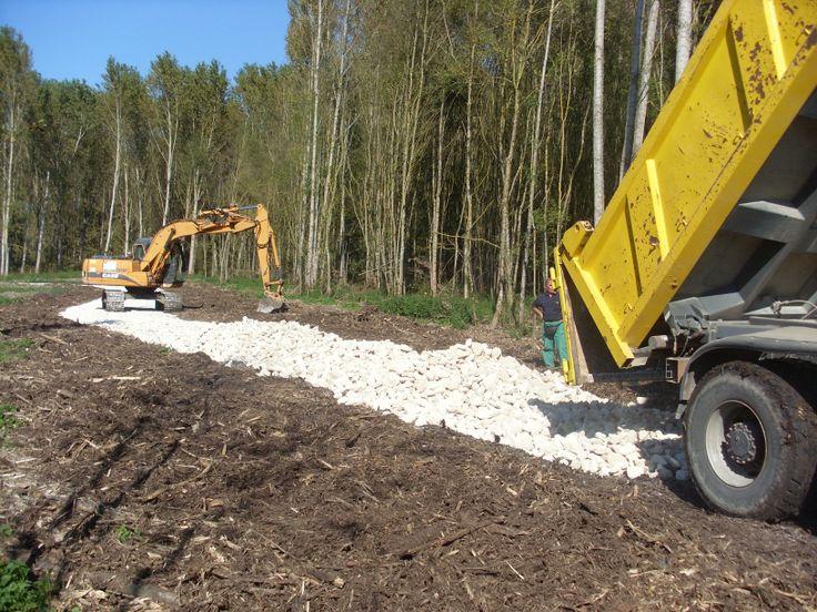 La construction d'un chemin pour les véhicules agricoles dans les Prairies du Roy.