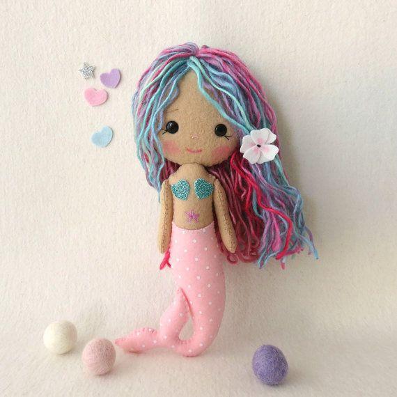 Este juego divertido y fácil el patrón contiene la mayor parte de los suministros que usted necesitará crear Lorelei, una hermosa muchacha de sirena!