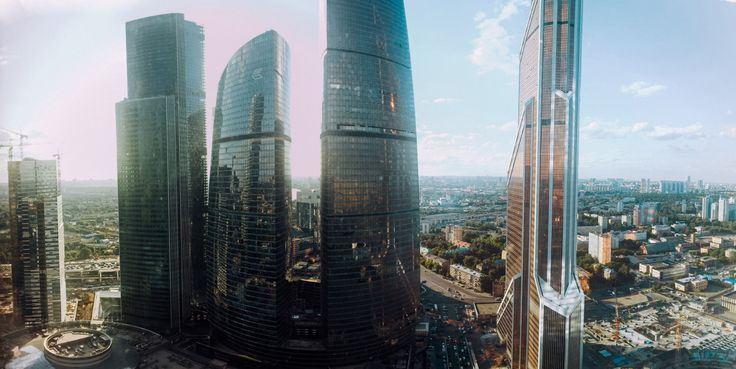 Громады зданий Москва-Сити выстроились, словно сторожевые башни для наблюдения за всем, чем живет город