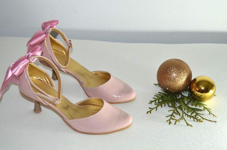 Vaša aj naša obľúbená ružovopúdrová - NUDE eko koža lakovaná so zdobením  a svadobné topánky na 6 cm opatku. Úpravy podľa želania klientky. svatební obuv, společenksá obuv, spoločenské topánky, topánky pre družičky, svadobné topánky, svadobná obuv, obuv na mieru, topánky podľa vlastného návrhu, pohodlné svatební boty, svatební lodičky, svatební boty se zdobením,topánky pre nevestu